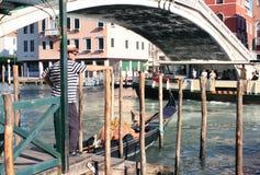 Gondoliere in Venedig lizenzfreie stockbilder