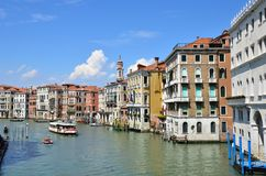 Gondoliere veneziane che calciano le gondole da parte a parte L'Italia fotografia stock