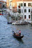 Gondoliere veneziano con il turista immagini stock libere da diritti