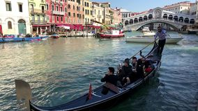 Gondolieri an der berühmten Rialto-Brücke von Venedig, Italien stock video footage