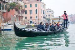 Gondoliero die in het Grote kanaal van Venetië vaart Stock Foto