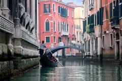 Gondoliero die in het kanaal van Venetië vaart Royalty-vrije Stock Fotografie