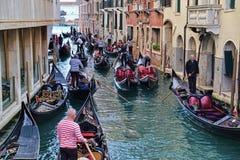 Gondoliers и гондолы с туристами в Венеции, Италии стоковая фотография rf