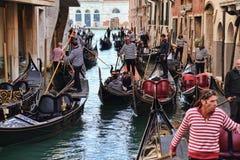 Gondoliers и гондолы с туристами в Венеции, Италии стоковые изображения