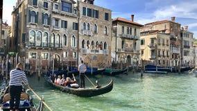 Gondoliers на известном мосте Rialto Венеции, Италии Стоковые Изображения RF