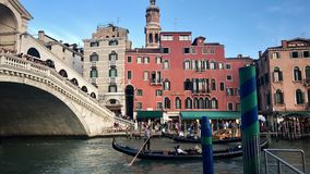 Gondoliers на известном мосте Rialto Венеции, Италии Стоковая Фотография RF