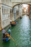 Gondoliers плавая на грандиозный канал в Венеции Стоковая Фотография
