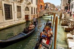 Gondoliers с rourists на канале в Венеция Стоковые Изображения RF