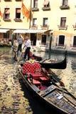 Gondoliers em um canal venetian Foto de Stock