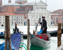 Gondoljär i den Venedig lagun Royaltyfria Foton