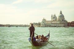 Gondoljär med turister i Venedig Royaltyfri Bild