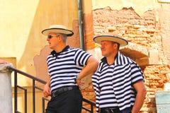 Gondoljär två på skeppsdockorna som väntar på turister i Venedig, Italien Royaltyfri Foto