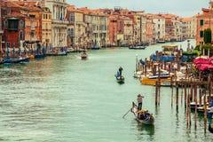 Gondoljärer på Grand Canal, Venedig Arkivbild
