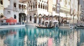 Gondolritt längs den Venetian kanalen Arkivbilder