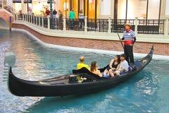 Gondolritter i det Venetian hotellet i Las Vegas royaltyfria foton