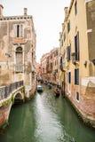 Gondols на малом канале в Венеции, Италии Стоковая Фотография RF