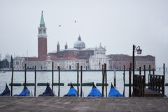 Gondols bei der Aufwartung in Venedig - San Giorgio Maggiore stockfotos