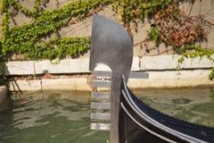 Gondols främre slut, Venedig, Italien Royaltyfri Bild