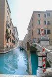 Gondolservice i Venedig och det härliga blåa havet arkivbild