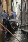 Gondoltrafikstockning i Venedig Royaltyfri Fotografi