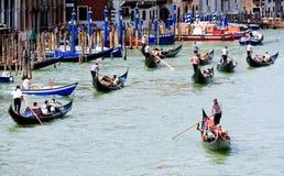 Gondoltrafikstockning på den storslagna kanalen i Venedig Royaltyfri Bild
