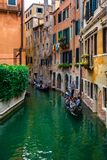 Gondora in het binnen kleine kanaal, Venetië, Italië stock afbeelding