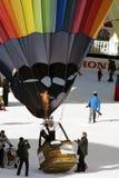 Gonflage d'un ballon au château d'Oex Images stock