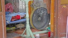 Gong de prière à l'entrée en Popa Taungkalat banque de vidéos