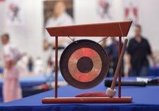Gong giapponese su una concorrenza di karatè Fotografie Stock Libere da Diritti
