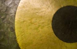 Gongo de cobre amarillo. Foto de archivo