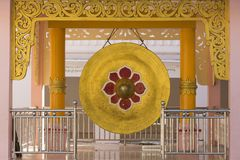 Gongo enorme de la adoración con adorno del loto en la pagoda adornada de Kaunghmudaw Imagen de archivo libre de regalías