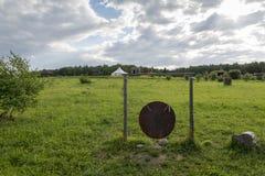 Gongo redondo cerca del pueblo en el prado Fotos de archivo