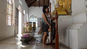 Gongo tailandés del toque a muerto de la mujer en Wat Phra Thaen Dong Rang almacen de video