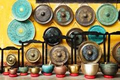 Gongos y cuencos del canto - instrumentos musicales asiáticos tradicionales en un mercado callejero fotografía de archivo libre de regalías