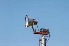 Głośnikowy megafonu biel na słupie Fotografia Stock