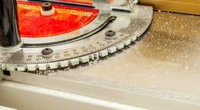 Goniomètre du ` s de charpentier sur l'équipement de boisage Images stock