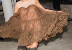 Gonna d'ondeggiamento di camminata del vestito marrone bello dalla ragazza immagini stock