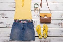 Gonna gialla dei jeans e della cima Fotografie Stock