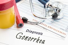 Gonorrea de la diagnosis Estetoscopio, tubo de ensayo del laboratorio con sangre, envase con orina y resultado del análisis AR de fotos de archivo
