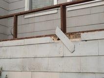 Gont na zewnętrznej ścianie spada daleko w stanie disrepair dom zdjęcie royalty free