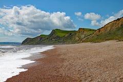 Gont plaża przy Eype w Dorset na słonecznym dniu piaskowcowe falezy Jurajski wybrzeże może widzieć w tle zdjęcie stock