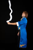 Goochelaar in rok met halsdoek. Stock Foto