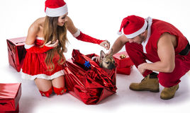 Good looking couple in Santa Claus hat with Christmas gift Royalty Free Stock Photos