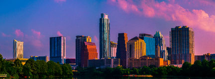 Good Morning Amerika Austin Texas Rosa bewölkt Skyline lizenzfreie stockfotos