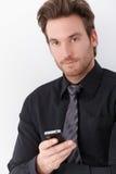 Goodlooking мобильный телефон удерживания бизнесмена стоковое изображение rf