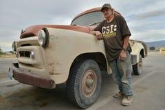 Goodsprings Nevada, USA, April 18, 2017: En gamal man och hans bil 1957 Royaltyfria Bilder