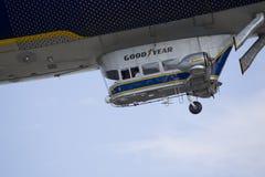 GoodYear飞行的软式小型飞艇关闭Spririt  库存图片