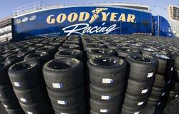 Goodyear que compite con los neumáticos Imagen de archivo