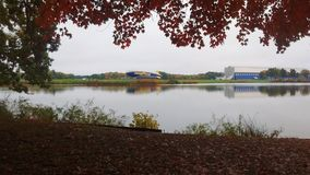 Goodyearblimp en hanger over het meer royalty-vrije stock foto