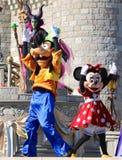Goofy et Minnie Mouse sur l'étape au monde Orlando Florida de Disney Images stock